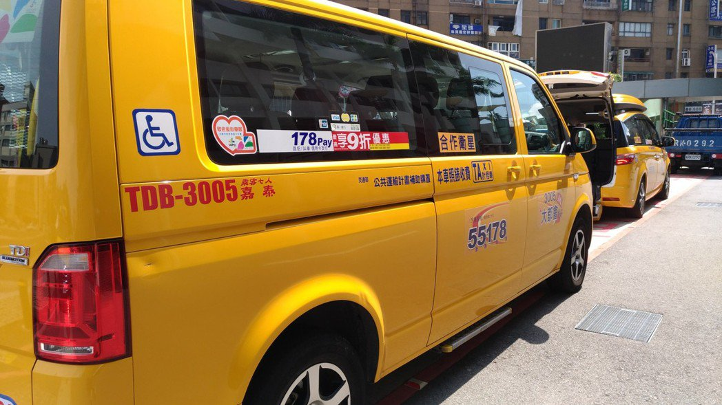 桃園市交通局4年前與計程車業者合作,組成「愛心計程車隊」,迄今有246輛計程車加...