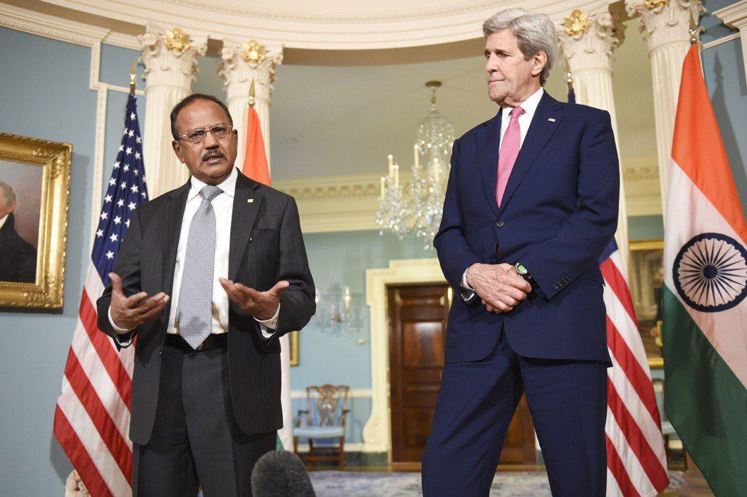 印度國安顧問多瓦爾(左)2016年3月出訪美國,會見當時的國務卿柯瑞。 美聯社