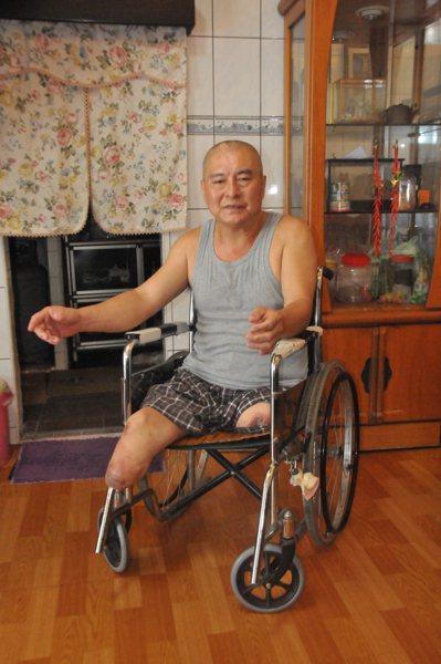 郭欽銘因工安意外失去雙腳,要靠輪椅代步,曾陷入人生低谷,後來看開了,樂觀面對生活...