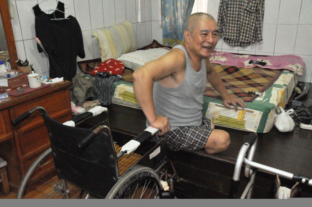 郭欽銘要裝義肢時得把輪椅推到床邊,再用雙手爬上床,接著穿上襪子、護套、護腰等配件...