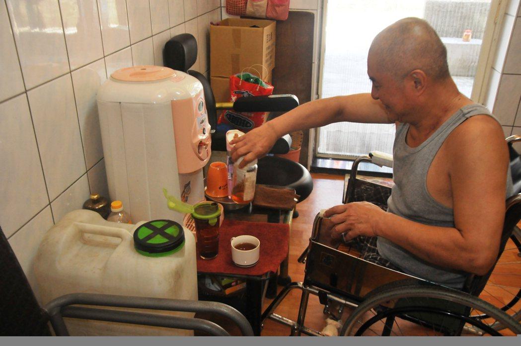 郭欽銘好客樂觀,只要有朋友來訪,就會泡紅茶相待,一起品茶。 記者游明煌/攝影