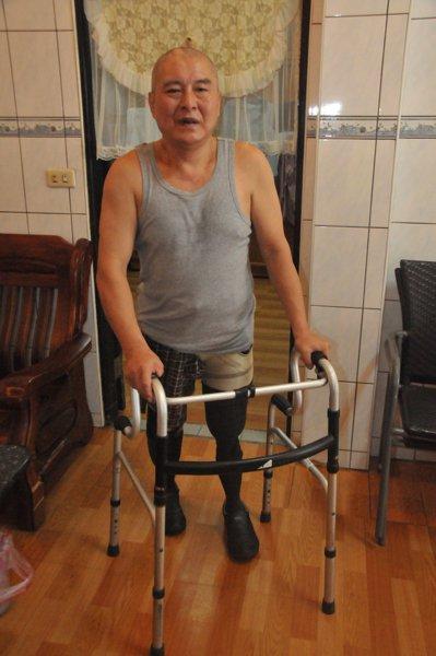 郭欽銘因為工安意外沒有雙腳,靠裝義肢重新站了起來,還可在輔助器協助下走路,讓他很...