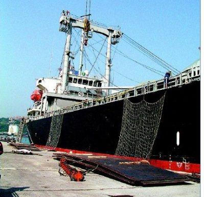 2004年巴拿馬籍貨輪耀維輪在基隆港裝卸船上鋼板時,造成碼頭工人1死3傷。 本報...