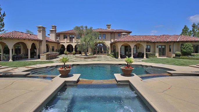 這棟豪宅的大門十分氣派。(Realtor.com)