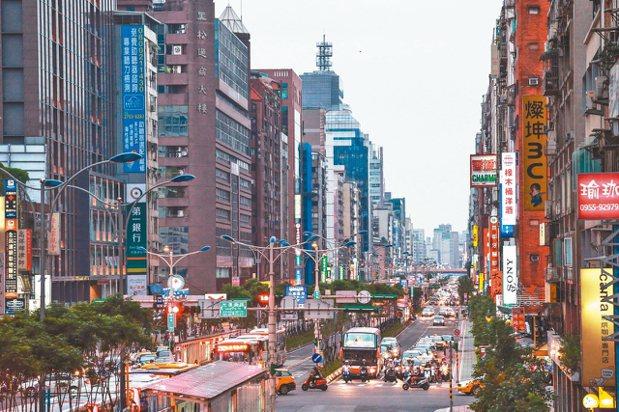 最新實價揭露,台北市中心6月有不少物件以平盤或賠價出售,顯示蛋黃區房價仍未回穩。...
