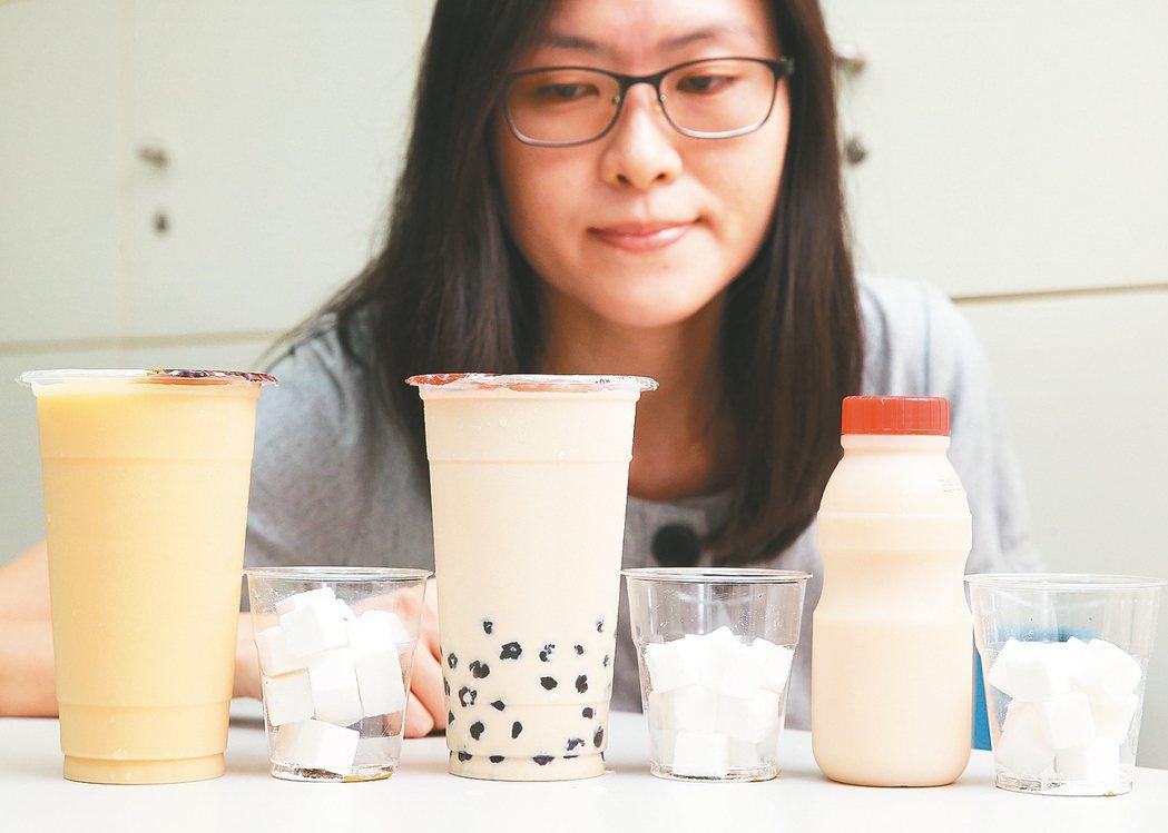 國民健康署去年公布含糖飲料評比,市售的多多綠(左起)、珍珠奶茶與發酵乳飲料,在正...