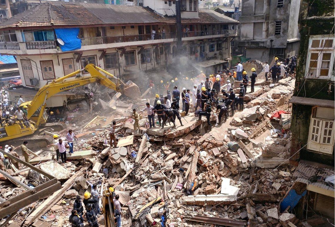 搜救持續的同時,輿論也憤怒地揚起質疑:31日的慘劇,已是孟買一個半月來的第二起大...
