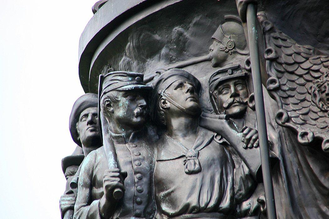 從南方白人對州的想像與期盼,慢慢質化成對南軍邦聯物件如銅像、州旗的膜拜,白人主義...