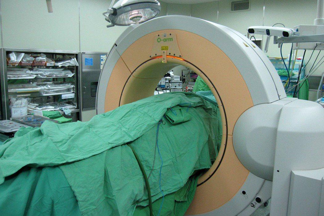 手術導航及造影系統可讓外科醫師在手術中看見病患的脊椎解剖結構,因此可精準追蹤與解...