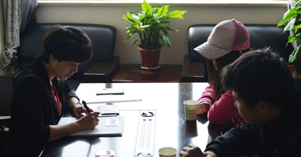 器官捐獻協調員(左)在給器官捐獻者的家屬辦理相關手續。 (新華社)