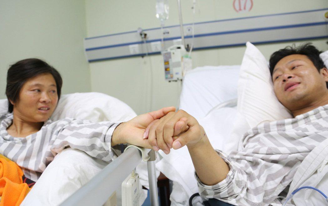 圖為湖南一位捐腎救子的母親,得知兒子各項生命數值都恢復正常,露出欣慰的笑容。 (...