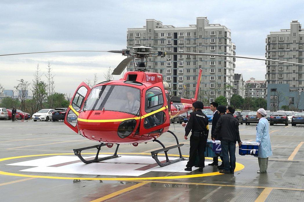 一名年輕女孩的多個器官先後搭乘直升機、民航,穿越大半個中國,從浙江送往北京,挽救...