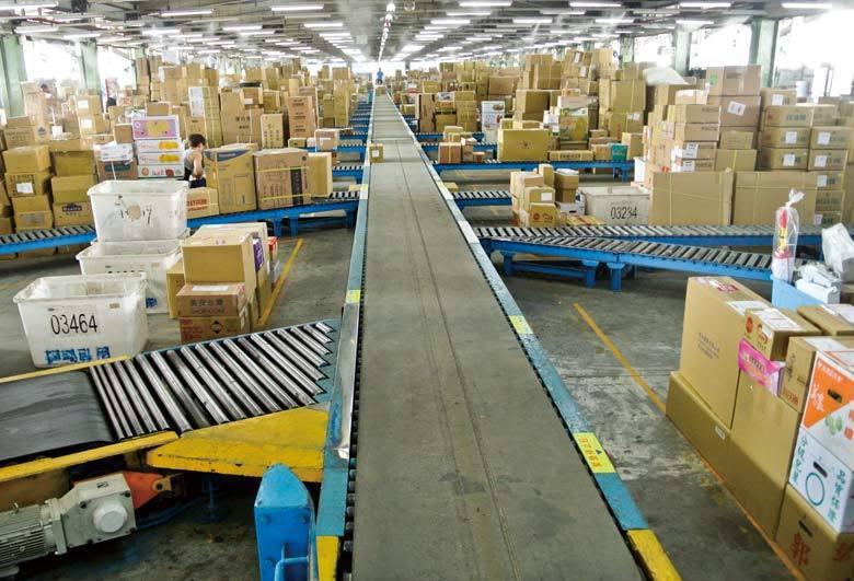 每一個貨物,都被貼上條碼資訊,只要條碼掃描器「嗶!嗶!」一個動作,地址、時間、收...