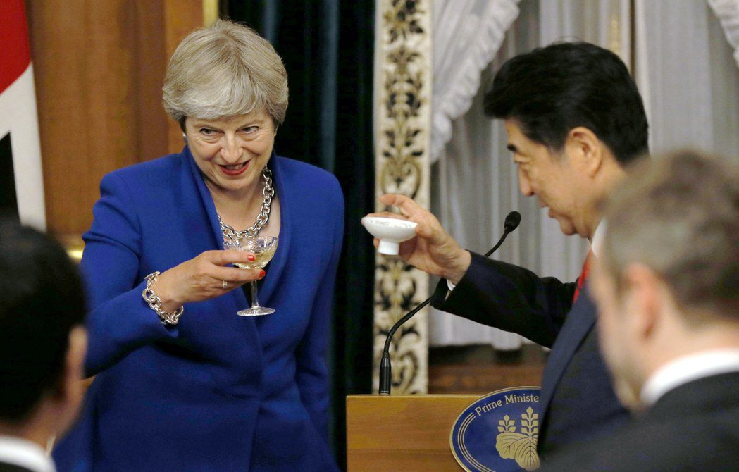 英國首相梅伊8月31日在東京的歡迎晚宴上舉杯。(歐新社)