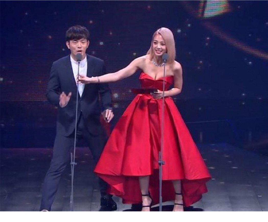 宥勝(左)和鬼鬼去年金鐘頒獎給「全球中文音樂榜上榜」,但主持人黃子佼沒上台。圖/
