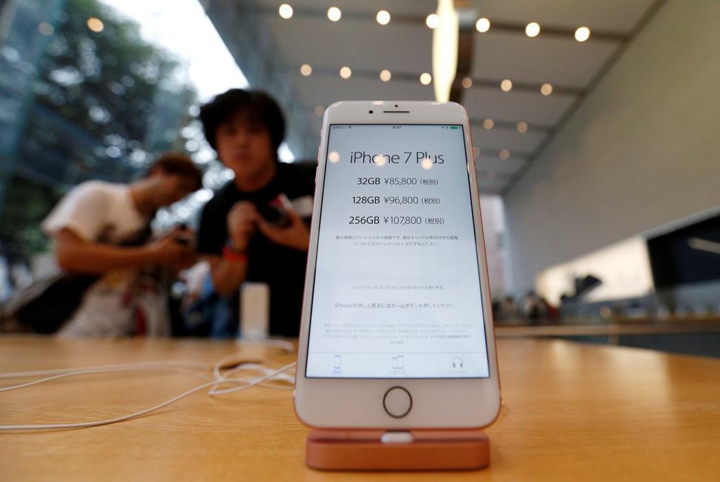 韓媒引述消息人士透露,蘋果已開始開發6吋的OLED iPhone手機,企圖在明年...