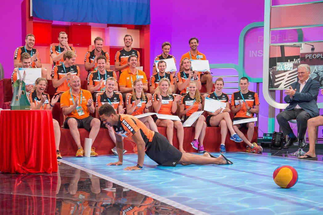 世大運引起轟動的荷蘭水球隊和游泳隊上節目接受專訪。圖/TVBS提供