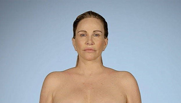 陶妮基坦動過6次胸部手術,希望再動第7次,把所有隆乳填充物取出。圖/翻攝自E!