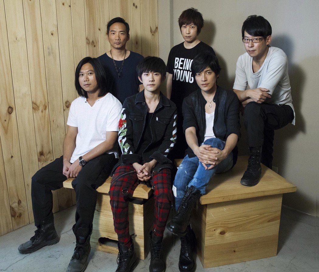 五月天「成名在望」MV譜出音樂人共同自傳,易烊千璽助陣演出。圖/相信提供