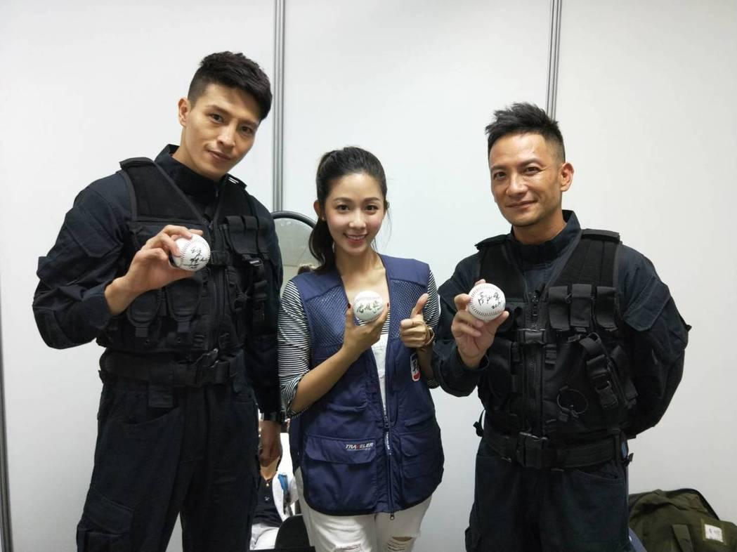 陳禕倫(左起)、安唯綾、高山峰為職棒擔任開球嘉賓。圖/緯來提供