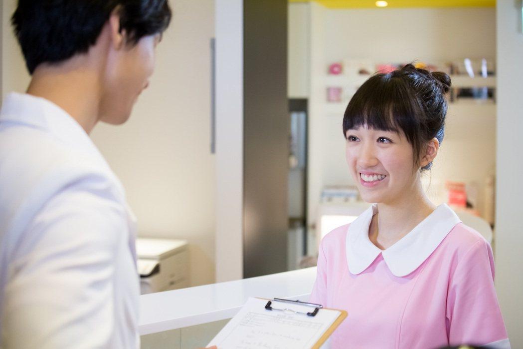 李翊君、檢場的女兒香奈兒飾演診所小護士。圖/東森提供