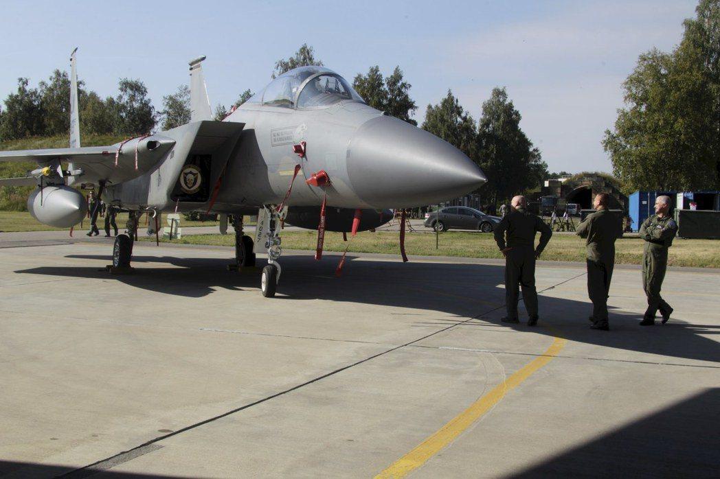 執行北約波羅的海空中巡邏任務的一架美國空軍F-15C戰機8月30日停在立陶宛希奧...