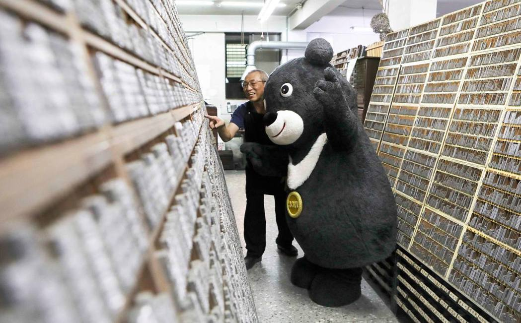 熊讚到日星鑄字行學習傳統技能,日後還會到其他傳統產業打工。 圖/取自熊讚粉絲頁