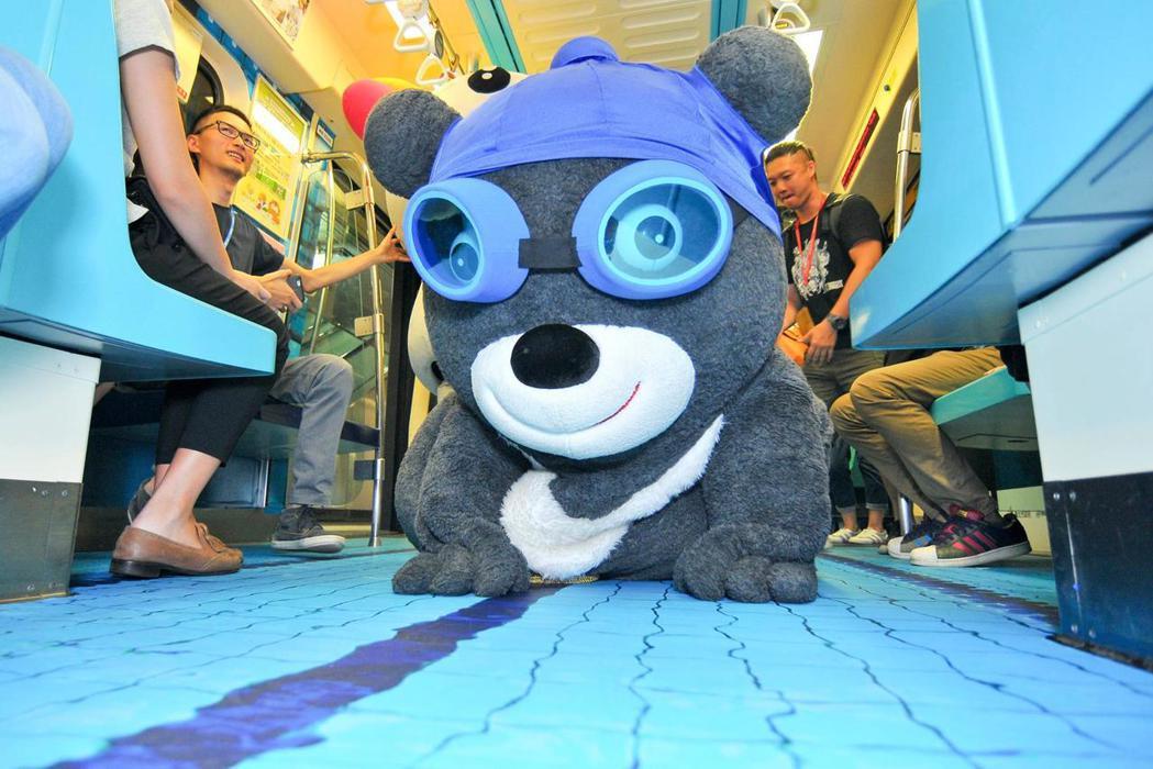 熊讚在世大運車廂中賣萌。 圖/擷取自熊讚粉絲頁