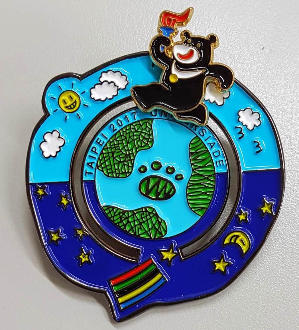「熊讚」操偶師鄭可渼參與設計的世大運徽章。 本報資料照片