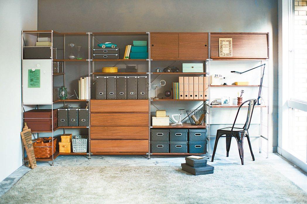 如果室內空間不足,可利用SUS層架組合成書桌和書櫃,讓空間更有效運用。 MUJI...