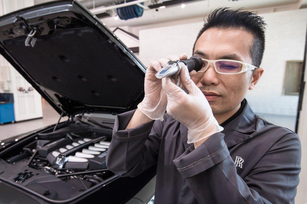 透過濃度比重檢測儀觀察水箱精濃淡程度。圖/盛惟提供