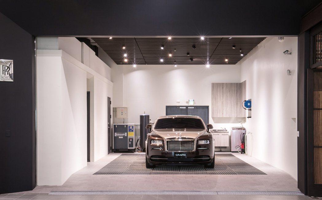維修服務中心配有專業車輛清洗區域,該區天花板的燈光配置更臨摹勞斯萊斯著名的星光頂篷設計。圖/盛惟提供