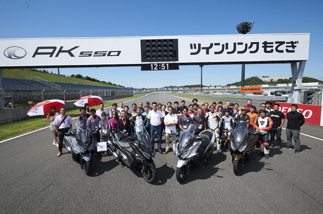 KYMCO於日本東京近郊茂木賽車場舉辦「AK 550試乘發表會」,強勢登陸日本市場。圖/KYMCO提供