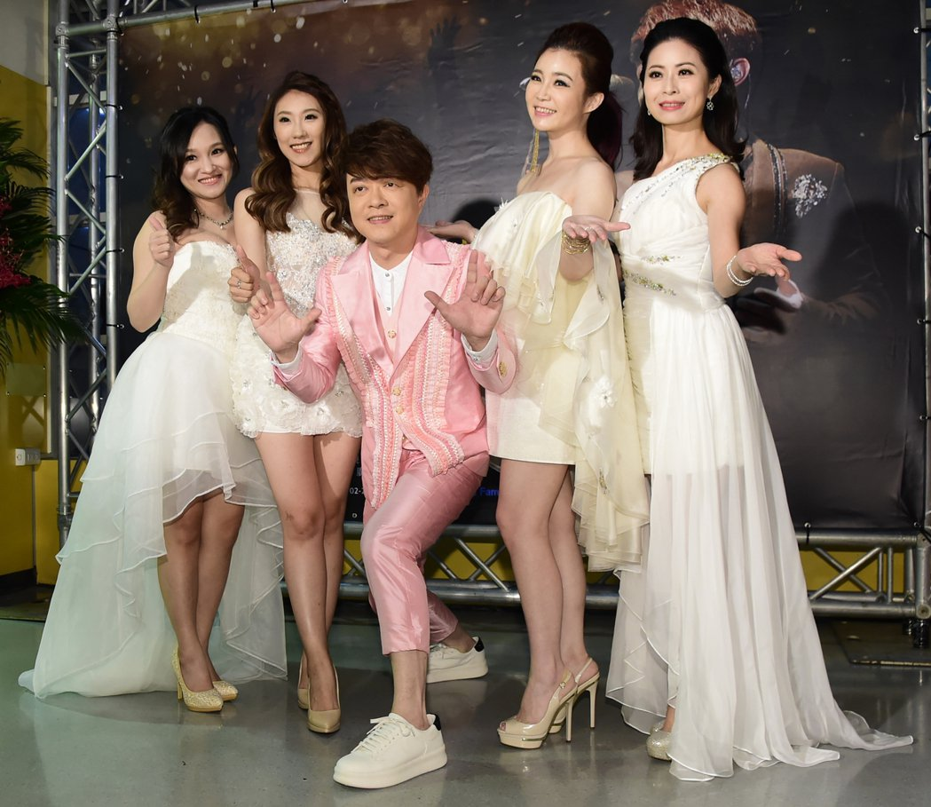 翁立友(中)小巨蛋演唱會美女如雲,邀請林良歡(左起),謝金晶 ,翁立友,黃思婷