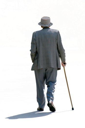 對銀髮族來說,隨年齡增長,足部肌肉、韌帶和肌腱開始退化,挑鞋更不能馬虎。