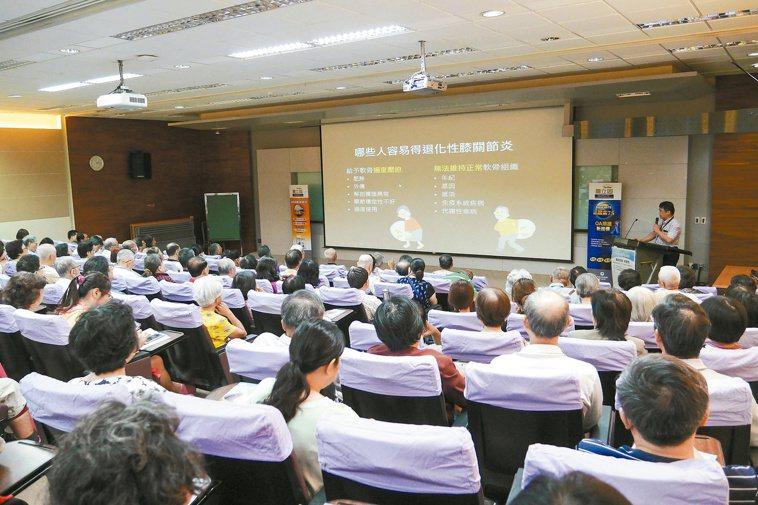 元氣講座邀請成大醫院骨科部主治醫師張志偉,為年長者解說退化性關節炎的預防與治療。...