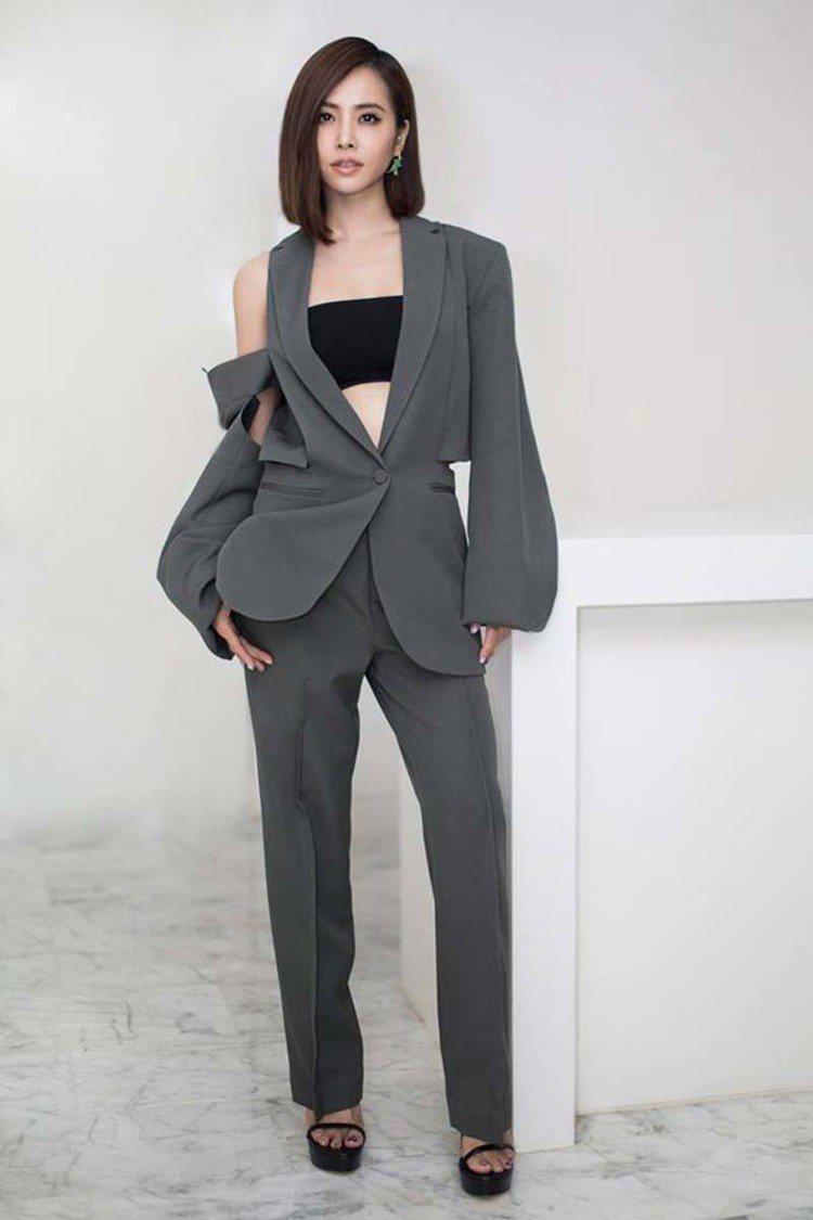 蔡依林今日在臉書上po出自己身穿Ports 1961秋冬西裝的照片,不對稱的挖空...