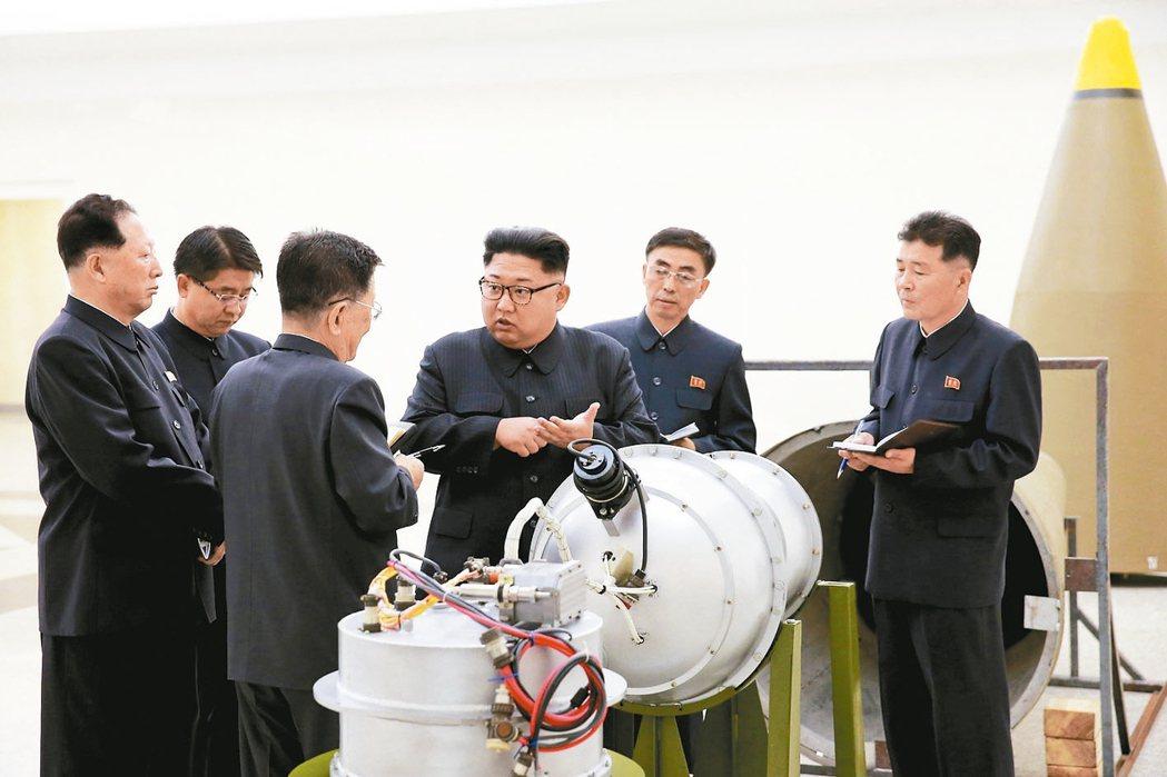 北韓朝中社3日發布的照片顯示,北韓領導人金正恩(右三)視察一處核武設施。 路透