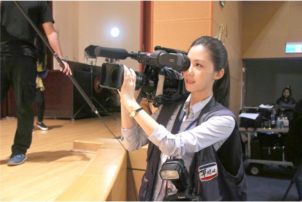 安唯綾在「最好的選擇」中飾演軍聞社記者;同時扛攝影機與單眼相機上陣,是軍聞社記者...