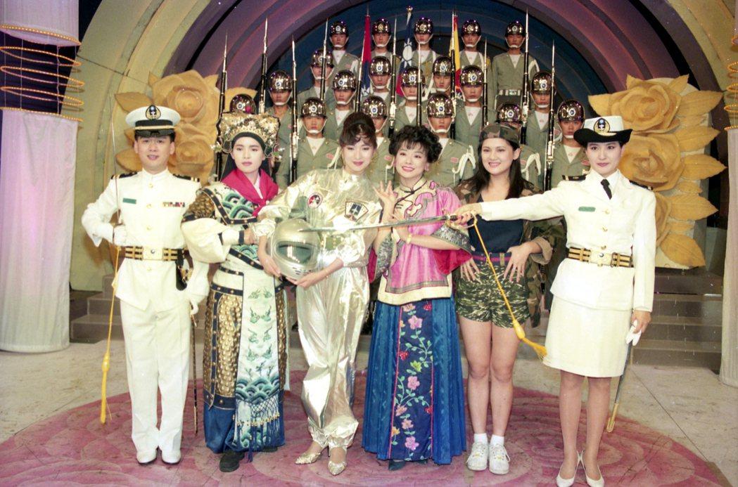 台視「玫瑰之夜」邀請陸軍儀隊在節目中表演,主持人與來賓也以相關扮相登場。圖為李茂...