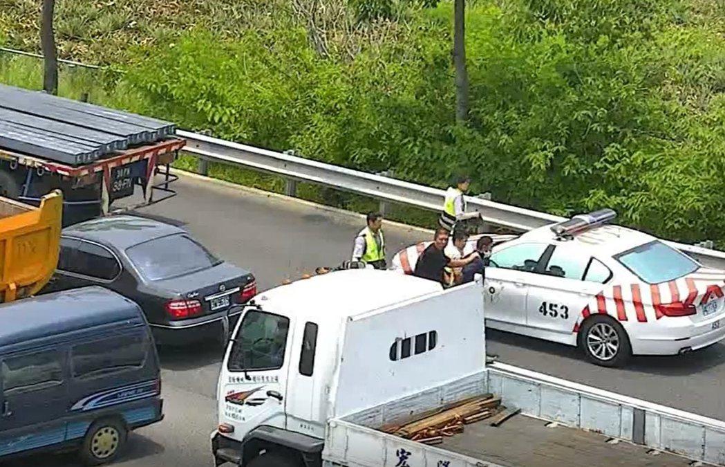 國道警方封路圍捕,嫌犯無處可躲。 記者陳雕文/翻攝