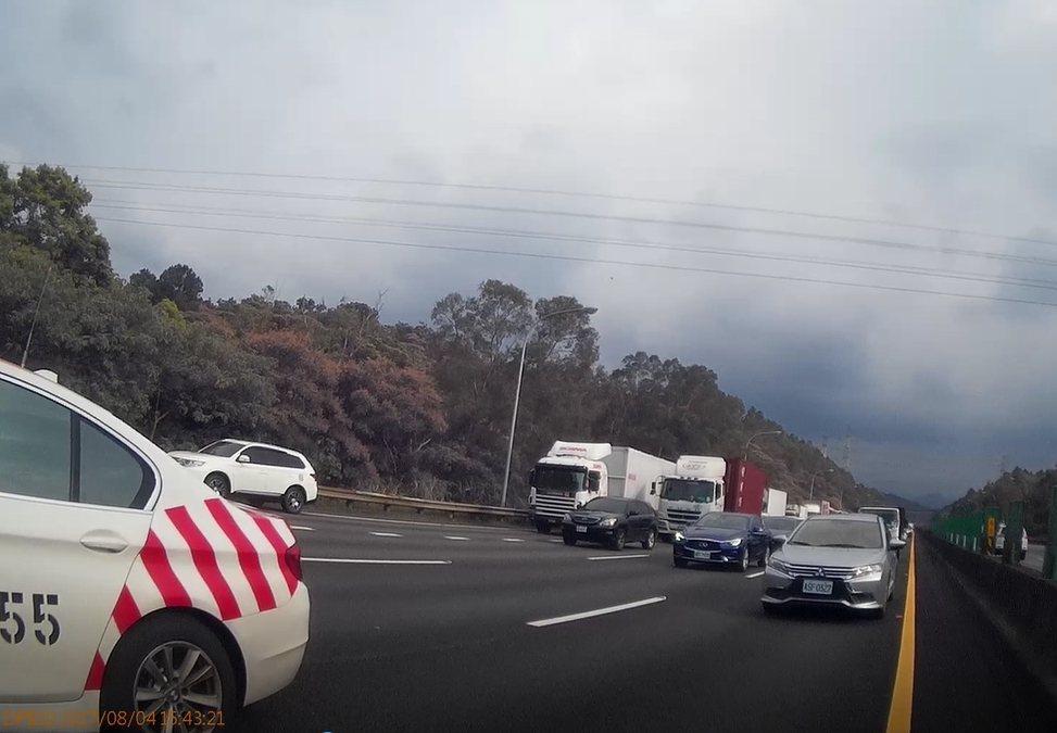 國道警方利用「封閉式道路」,進出僅能靠交流道的特性從前方路段設置攔截點。 記者陳...