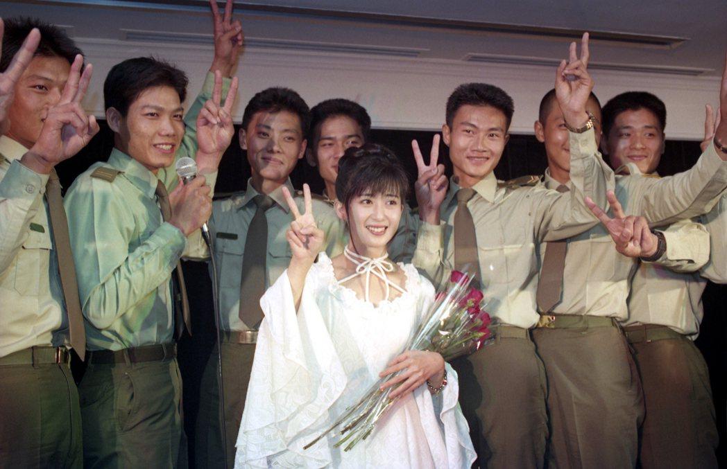 孟庭葦1993年舉辦新歌發表會,從十位憲兵歌迷手中接獲紅玫瑰,代表國防部頒贈的「...
