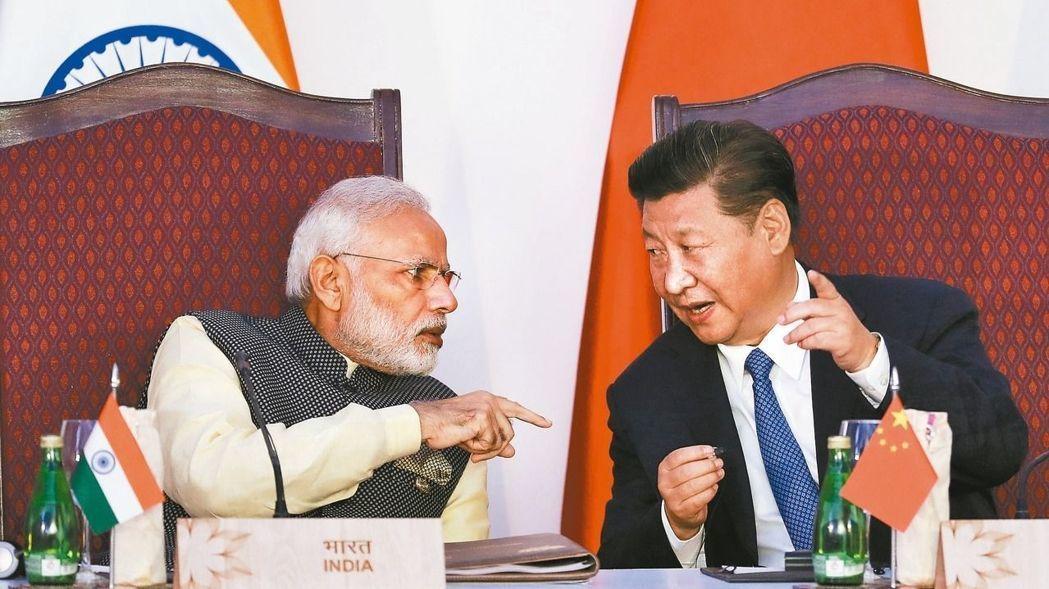 去年大陸國家主席習近平(右)在印度果阿舉行的金磚峰會上,與印度總理莫迪交談熱絡。...