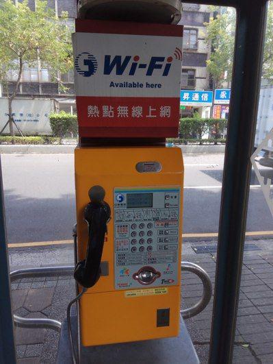最新型多卡通型式的公用電話被視為救亡圖存利器。 記者施鴻基/攝影