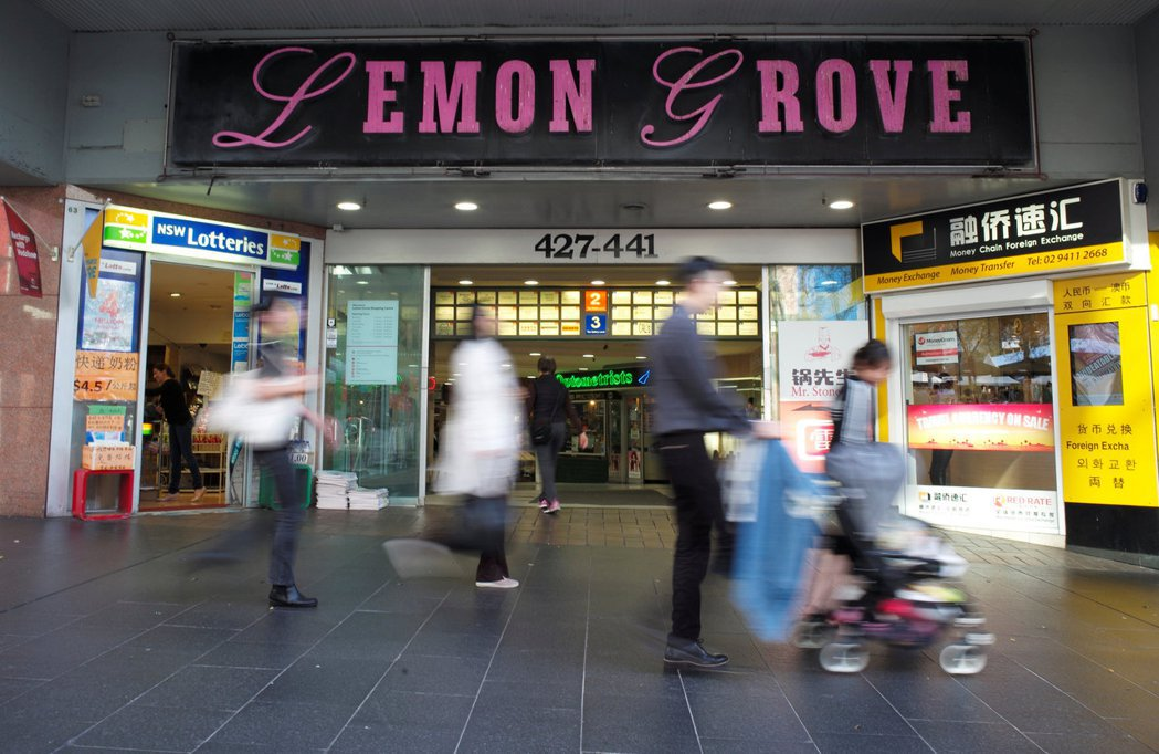 澳洲現有42%零售商提供網購店取服務,比2015年上升24個百分點。圖為消費者行...