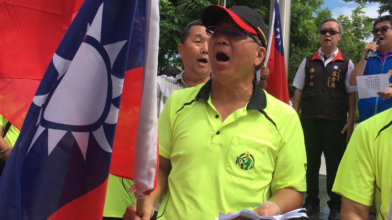 退伍軍人高唱軍歌,唱出心中悲憤。記者陳秋雲/攝影