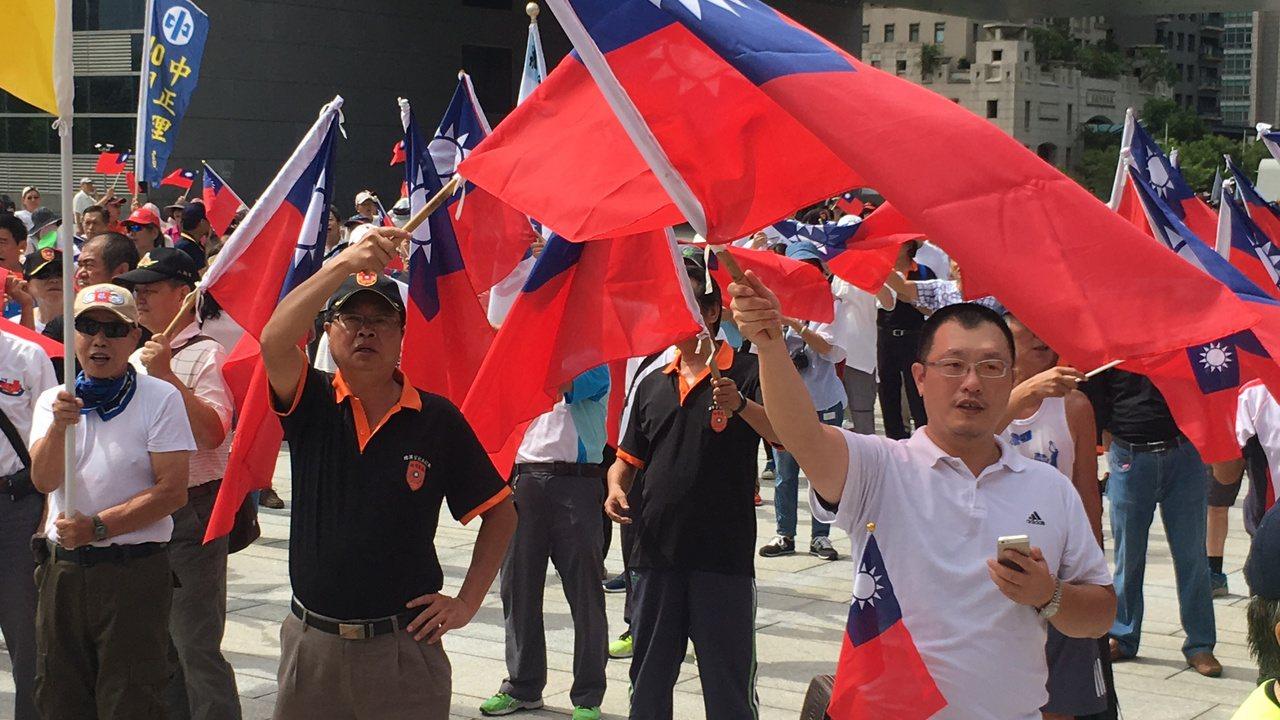 退伍軍人高唱軍歌,呼口號「中華民國歲」。記者陳秋雲/攝影