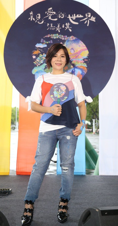 江美琪將於9/15發行全新專輯《親愛的世界》,下午在花博舉辦「彩色動物園」直播音樂會,首唱新歌〈親愛的世界〉、〈能不能看到我〉兩首新歌,用甜美的嗓音療癒聽眾。