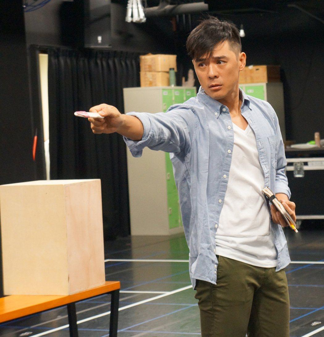 竇智孔在「莊子兵法」舞台劇中飾演一名患有癲癇的作家。圖/故事工廠提供